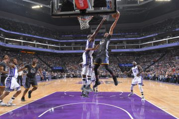 SACRAMENTO, CA - FEBRUARY 4: Stephen Curry #30 of the Golden State Warriors shoots a layup against Anthony Tolliver #43 of the Sacramento Kings on February 4, 2017 at Golden 1 Center in Sacramento, California. NOTE TO USER: User expressly acknowledges and agrees that, by downloading and or using this photograph, User is consenting to the terms and conditions of the Getty Images Agreement. Mandatory Copyright Notice: Copyright 2017 NBAE (Photo by Rocky Widner/NBAE via Getty Images)